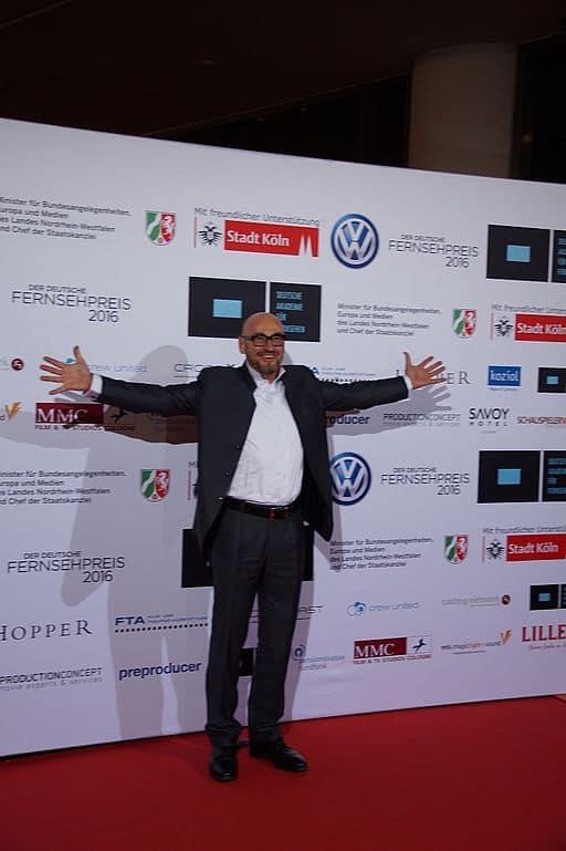 """Jochen Schweizer bei der Verleihung zur Auszeichnung 2015, durch die Deutsche Akademie für Fernsehen, im November 2015. von <a href=""""https://commons.wikimedia.org/wiki/User:9EkieraM1?uselang=de"""" target=""""_blank"""">9EkieraM1</a> (Eigenes Werk) [CC BY-SA 3.0 (https://creativecommons.org/licenses/by-sa/3.0)], via Wikimedia Commons"""