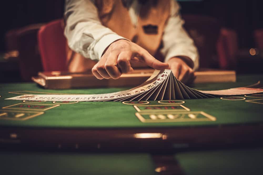Dealer im Casino mischt die Karten.