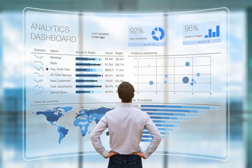Mann analysiert Daten auf Analytics Dashboard