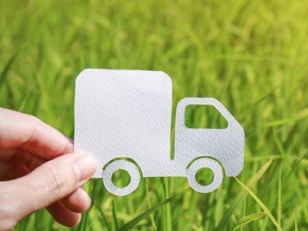 Papier-Lkw fährt über grüne Wiese