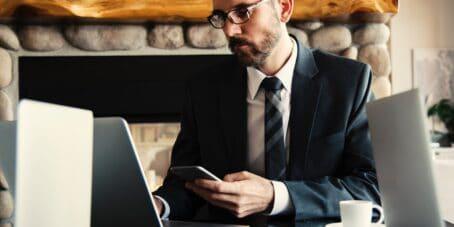 Mann in Anzug am Schreibtisch