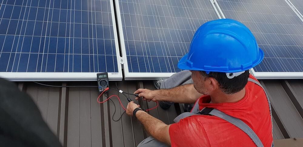 Handwerker bearbeitet eine Solarzelle