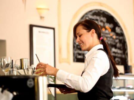 Mehrfachbeschäftigte nehmen zu, dazu zählen auch Kellner-Jobs