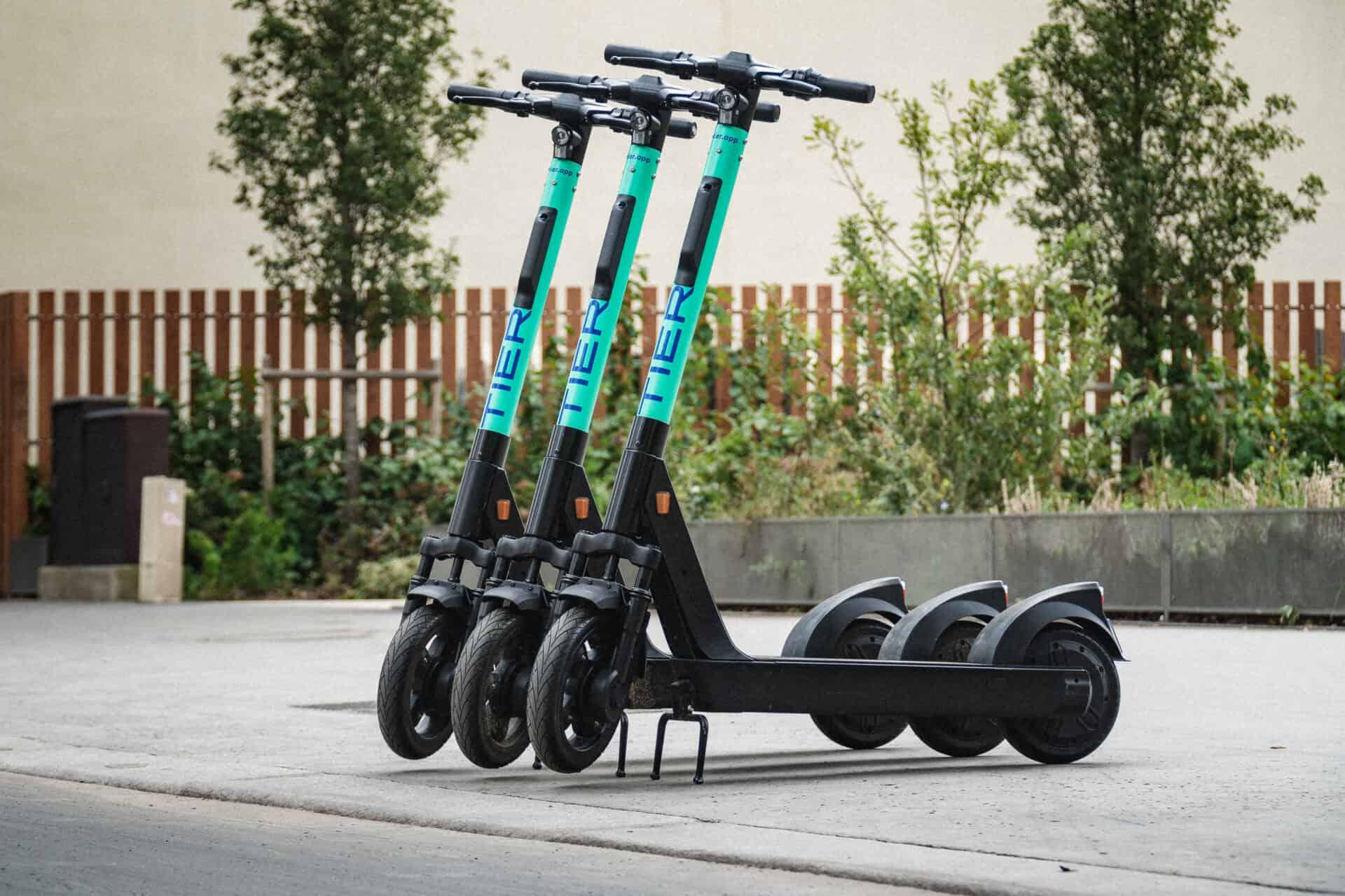 Tier Mobility stellt E-Scooter her, mit denen man durch die Stadt fahren kann