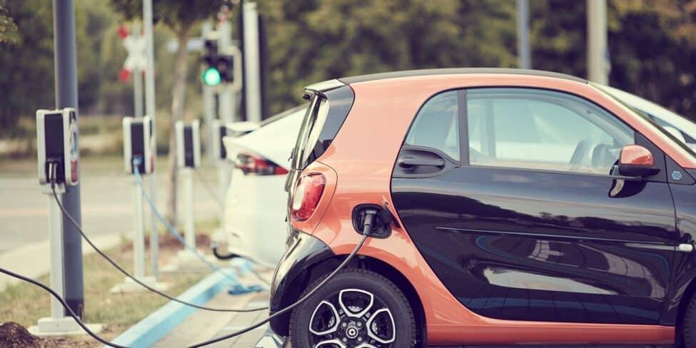 Elektroautos werden immer beliebter und lassen sich ganz einfach aufladen