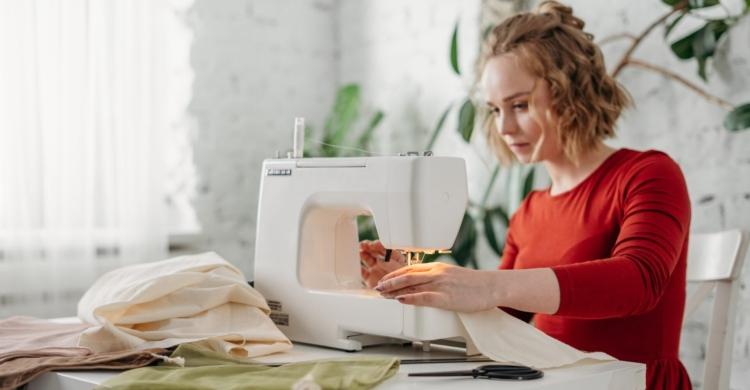 Selbstgemachtes Verkaufen wie diese Frau an der Nähmaschine