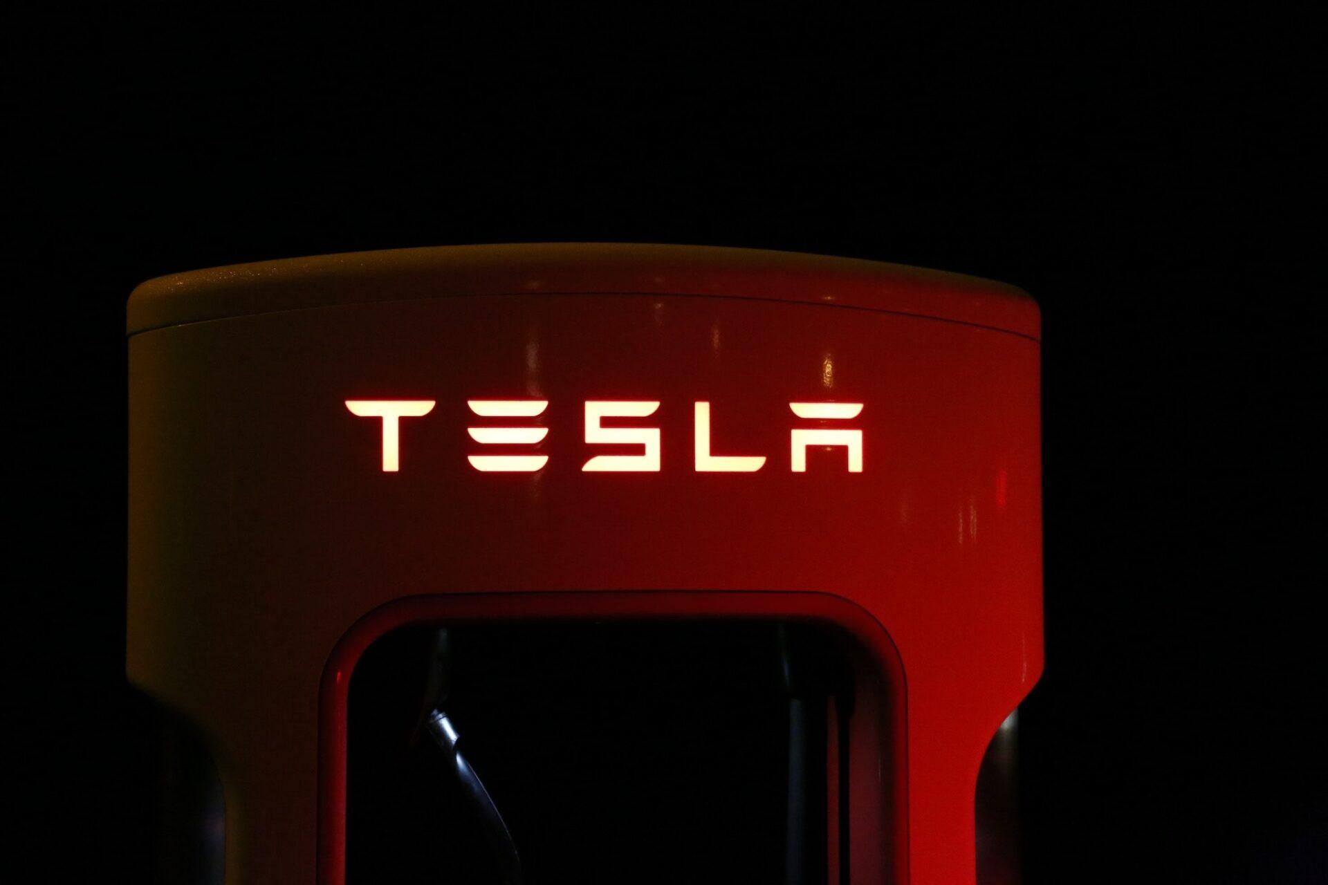 Die Tesla-Aktie stieg am Dienstag auf über 900 Dollar an