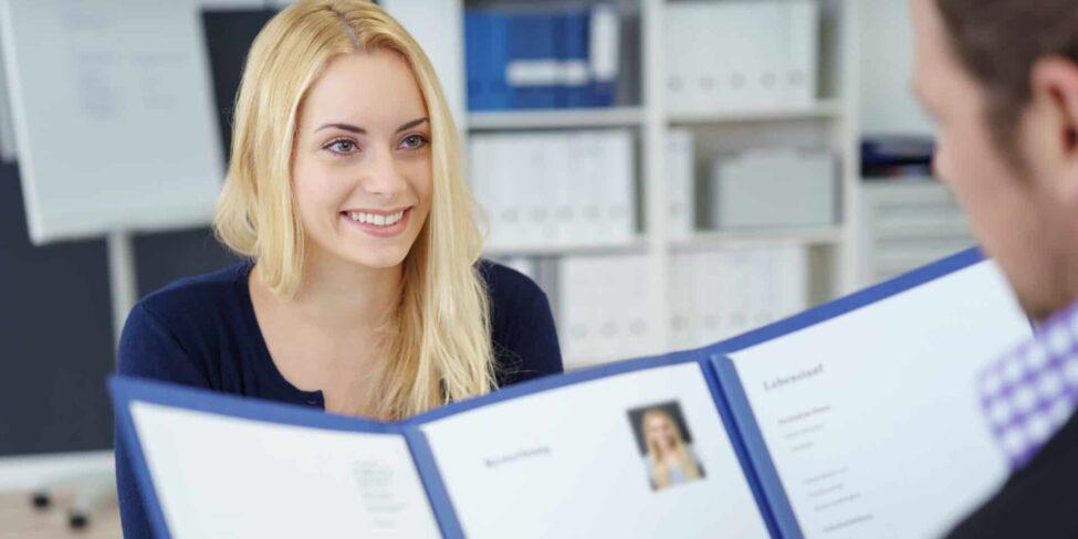 Eine Bewerbung auf Englisch benötigst du vor allem, wenn du dich im Ausland bewerben möchtest.