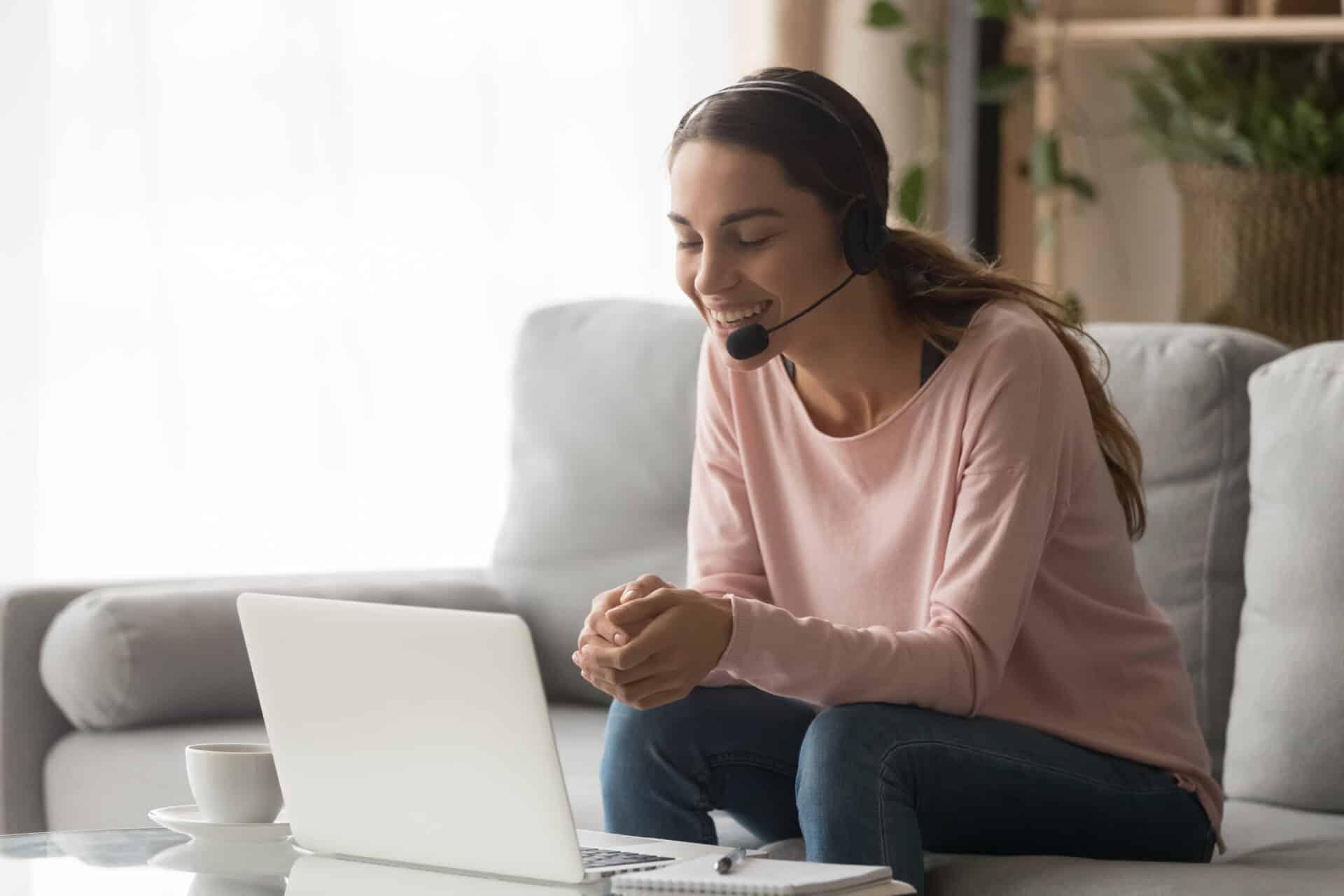 Auch wenn du zu Hause arbeitest, kannst du Telefonkonferenzen organisieren.