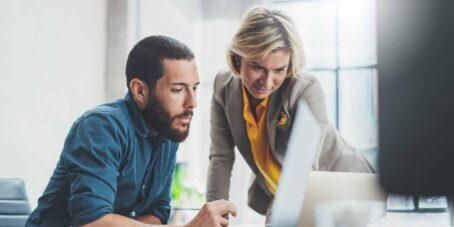 Ein Gründungsberater kann mit persönlicher Gründungsberatung, die auf dich und dein Projekt zugeschnitten ist, eine große Hilfe darstellen.