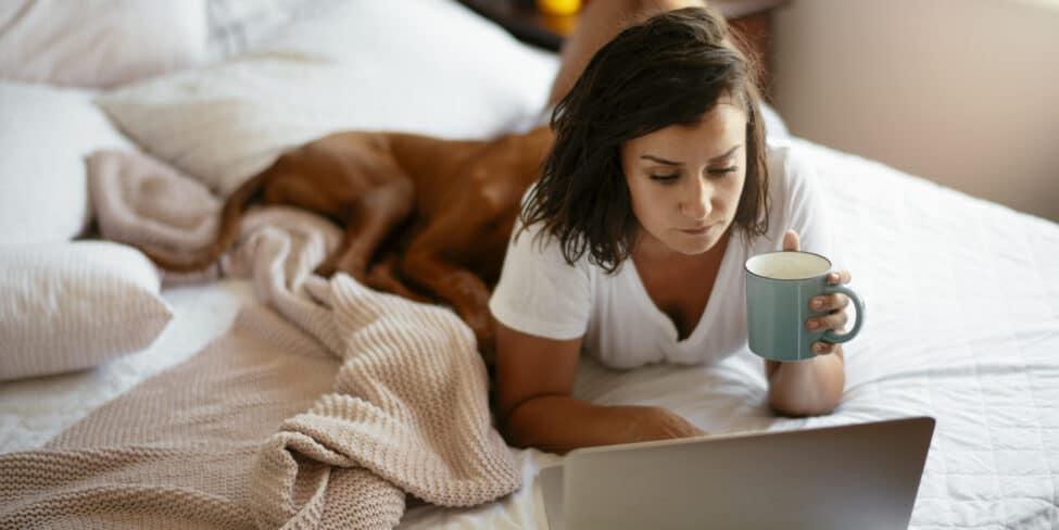 Das Arbeiten im Bett gehört zu den größten Homeoffice-Fehlern.