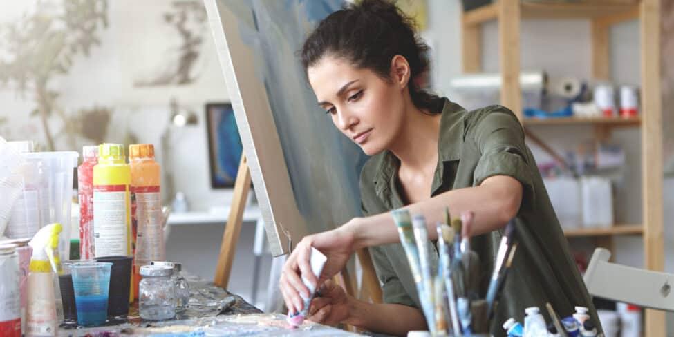 Auch wenn du malst, kannst du dich über die Künstlersozialkasse absichern.