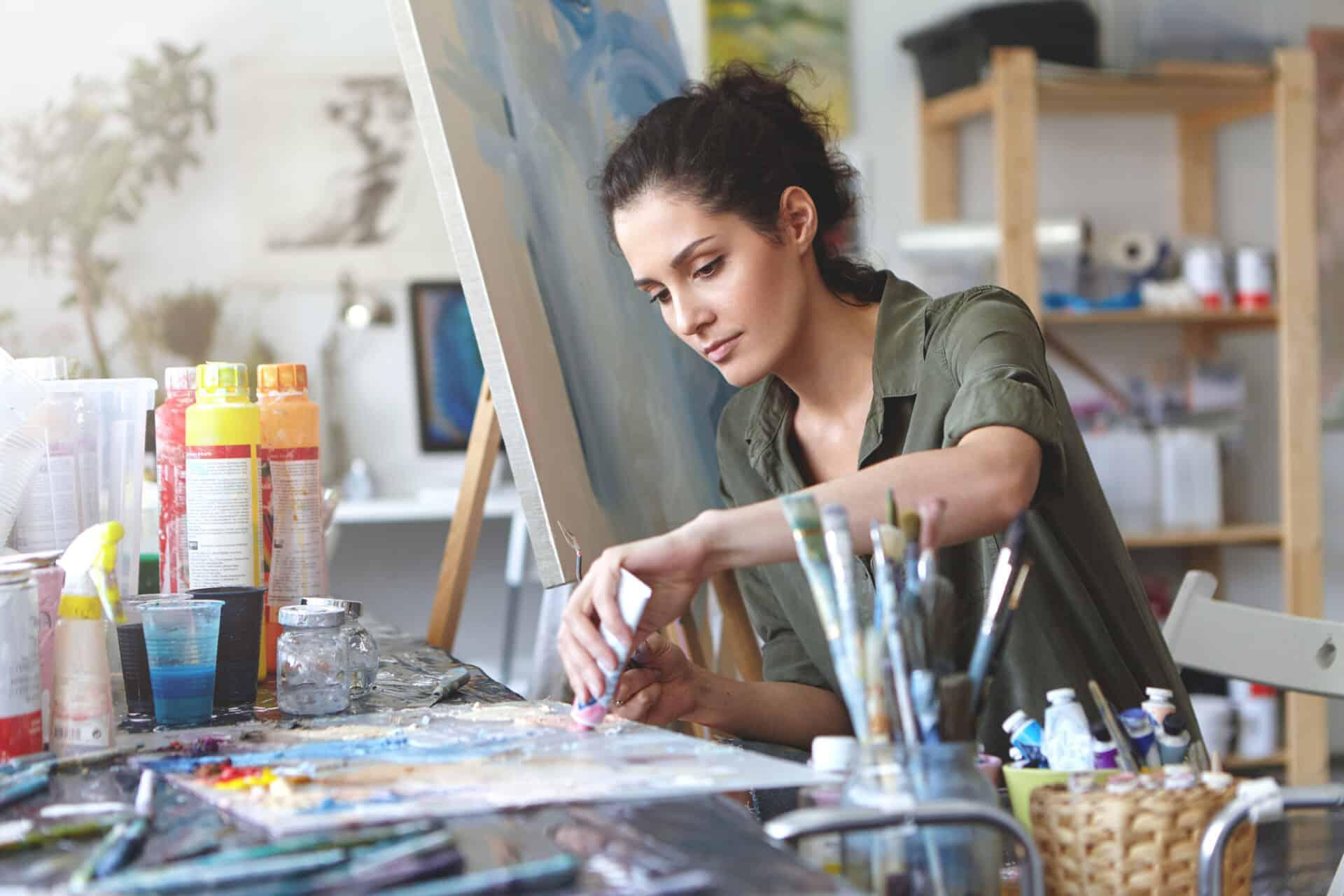 Auch wenn du malst, kannst du dich über die Künstlersozialkasse (KSK) absichern.