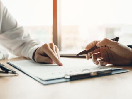 Bevor du eine Berufshaftpflichtversicherung abschließt, solltest du die Berufshaftpflicht-Anbieter vergleichen.