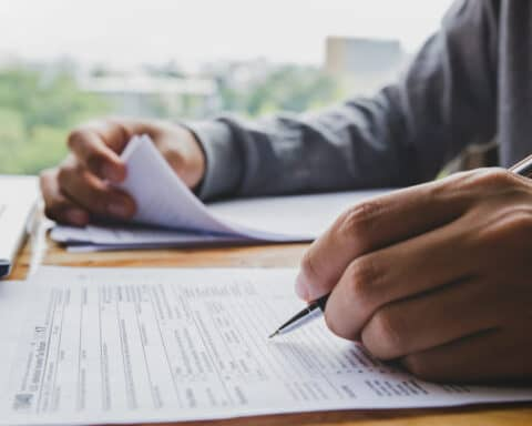 Um die Steuernummer zu beantragen, musst du zuvor den Fragebogen zur steuerlichen Erfassung ausfüllen.