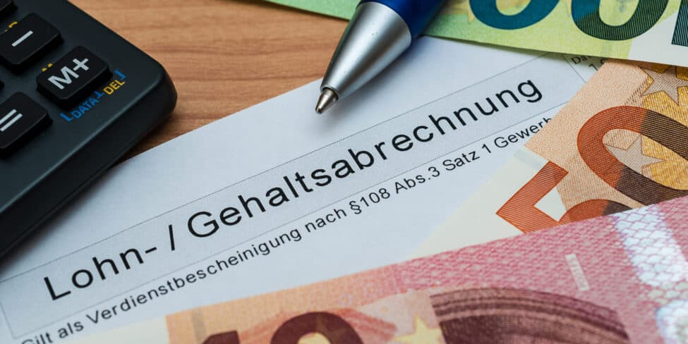 Bei der Lohnabrechnung musst du als Selbstständiger auch die Lohnsteuer berücksichtigen.