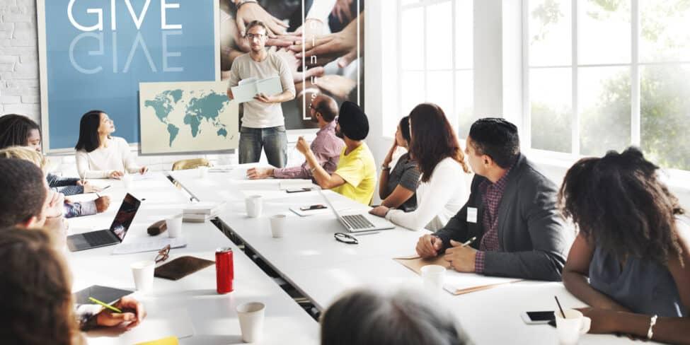 Als Unternehmen spenden: Dazu gehört auch die Beratung im Team über mögliche soziale Projekte für Unternehmensspenden.