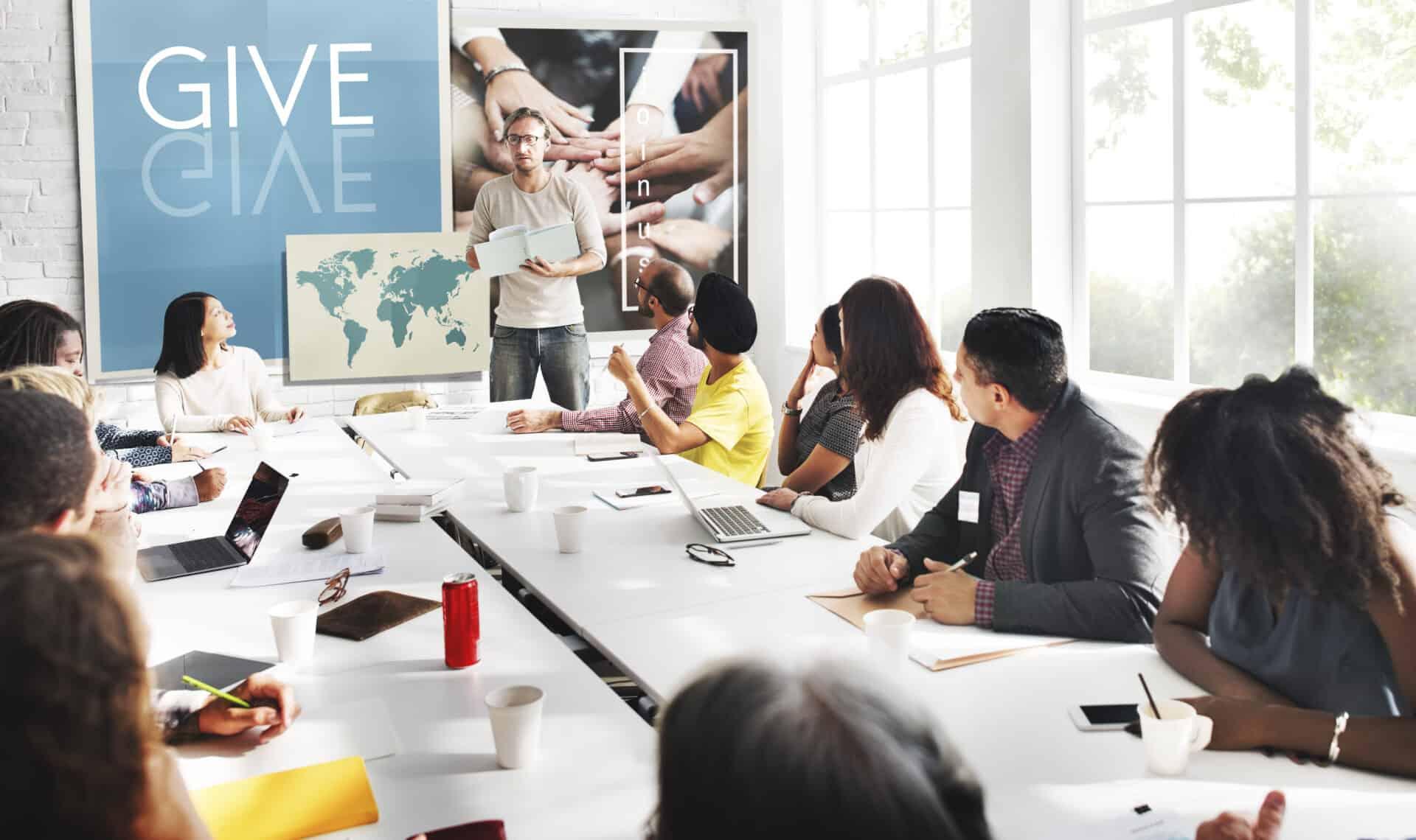 Als Unternehmen spenden: Dazu gehört auch die Beratung im Team über mögliche soziale Projekte.