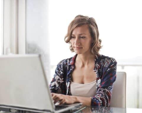 Viele Menschen generieren mit einem Nebenverdienst bzw. Nebenjob zusätzliches Einkommen