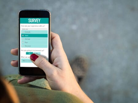 Geld verdienen mit Apps gelingt auch durch das Teilnehmen an Umfragen.