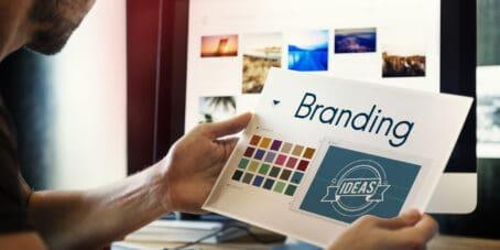 Mit Online-Logo-Maker Anbieter kannst du ganz einfach Logos selbst gestalten.