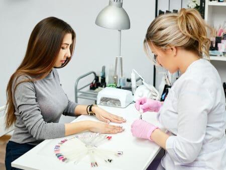 Ein Nagelstudio zu eröffnen, ist für Kosmetiker an bestimmte Herausforderungen geknüpft.