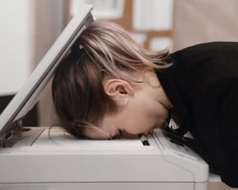 Wer erschöpft am Kopierer einschläft, hat definitiv mit Motivationskillern zu tun.