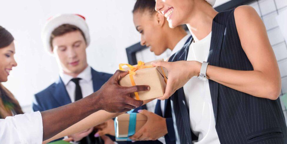 Weihnachtspräsente an Mitarbeiter kann die Motivation stärken.