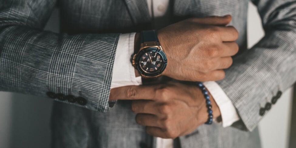 Businessmann mit Luxuhr als Luxusmarken