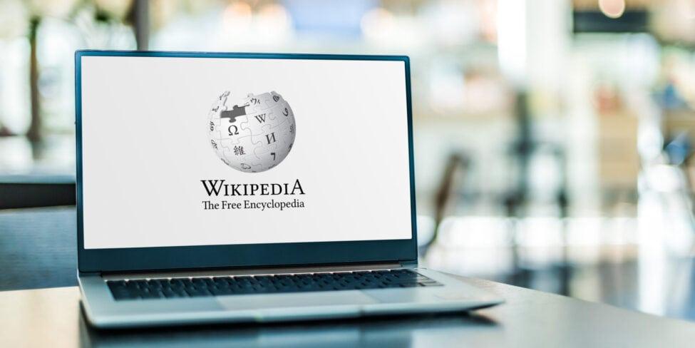 Wikipedia auf Laptop, wer sind Wikipedia-Gründer