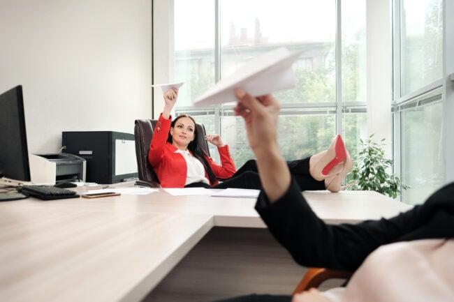 Quatsch im Büro bei zu flachen Hierarchien