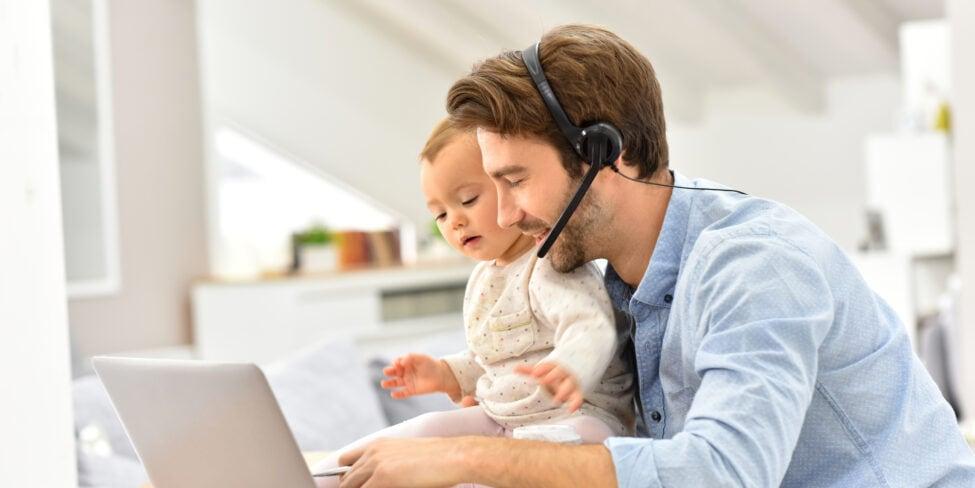 Selbstständig mit Kind: So könnte der Arbeitsalltag aussehen.