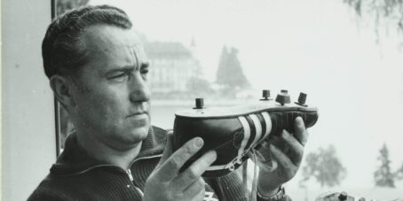 Der Adidas-Gründer Adolf Dassler mit einem Modell.