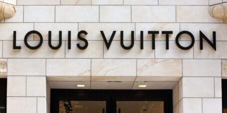 Der Name des Louis Vuitton-Gründers ragt über jedem Geschäft weltweit.