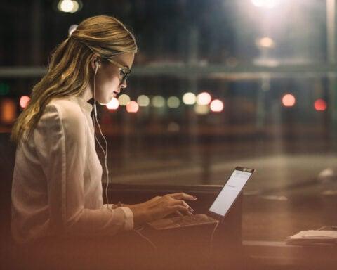 Oftmals bedeutet eine 80-Stunden-Woche auch, dass in die Nacht hinein gearbeitet werden muss.