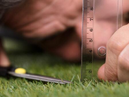Rasen scheiden mit Lineal und Schere - kaum ein anderes Sinnbild drückt Perfektionismus passender aus.